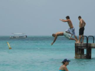 RG and they guys diving into the Aruban waters